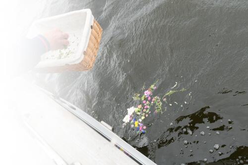 散骨と献花